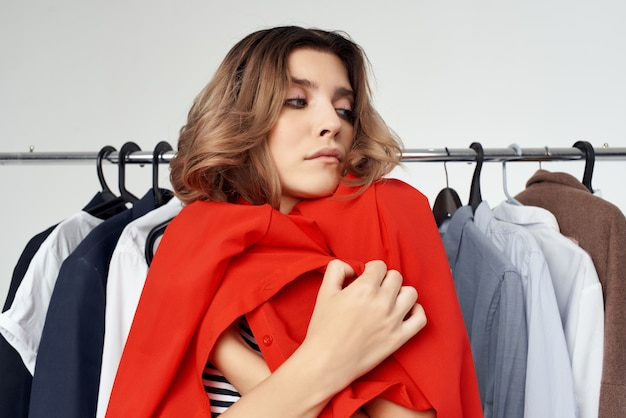 Bella donna vicino a sfondo isolato shopping maniaco dei vestiti