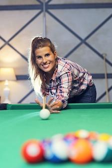 Bella donna che gioca a biliardo
