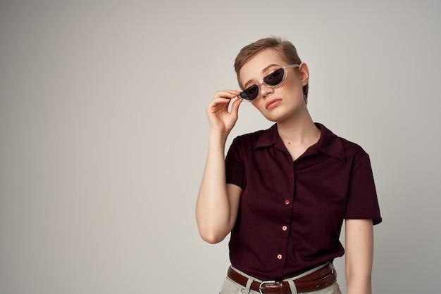 Bella donna in posa labbra rosse glamour sfondo isolato. foto di alta qualità