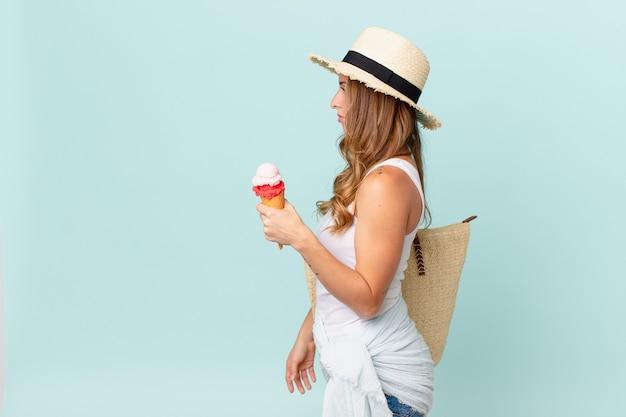 Bella donna sulla vista di profilo pensando, immaginando o sognando ad occhi aperti. concetto di estate