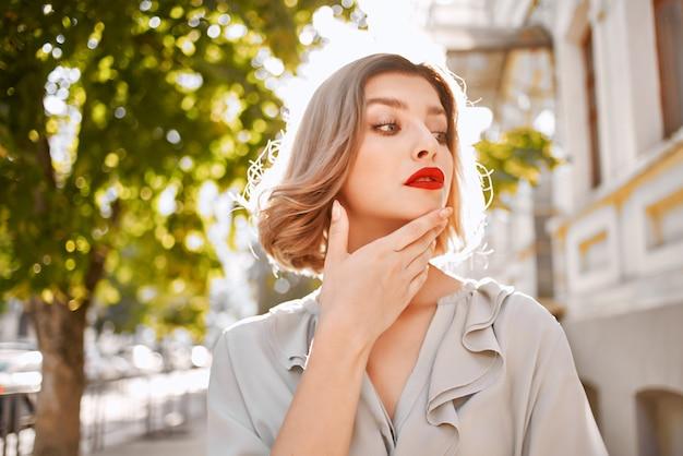 Bella donna labbra rosse fascino città a piedi lifestyle. foto di alta qualità