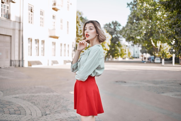 Bella donna in una città gonna rossa a piedi divertente stile di vita per il tempo libero