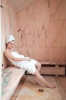 Bella donna in una sauna