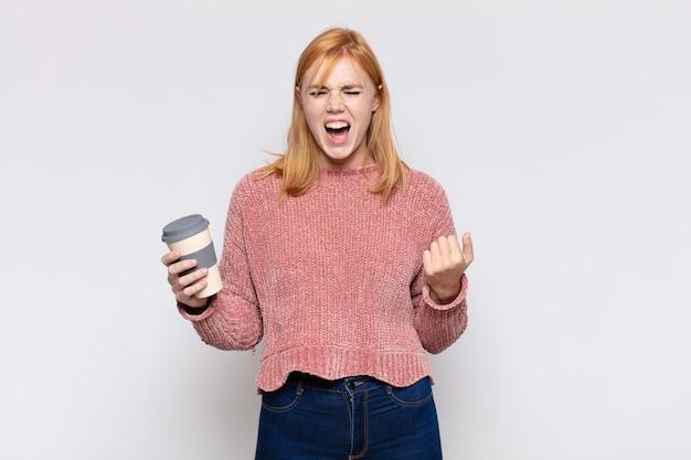 Bella donna che grida in modo aggressivo, sembra molto arrabbiata, frustrata, indignata o infastidita, urlando no