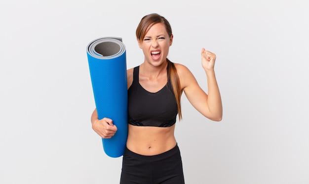 Bella donna che grida in modo aggressivo con un'espressione arrabbiata. concetto di yoga