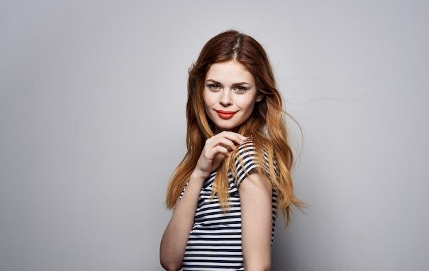 Bella donna a strisce t-shirt decorazione cosmetici emozioni glamour Foto Premium