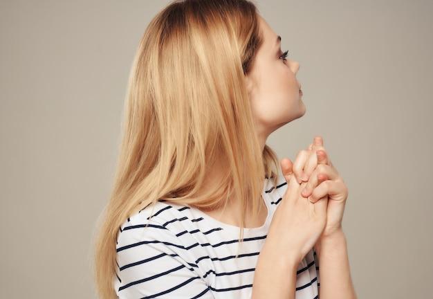 Bella donna a righe t-shirt gesto mani emozioni stress rabbia. foto di alta qualità