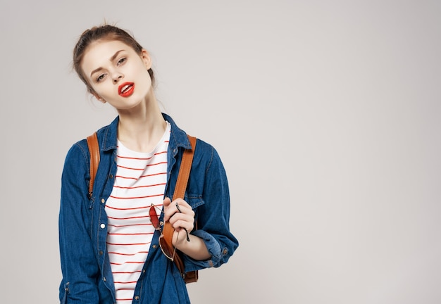 La bella studentessa governa lo sfondo chiaro della moda