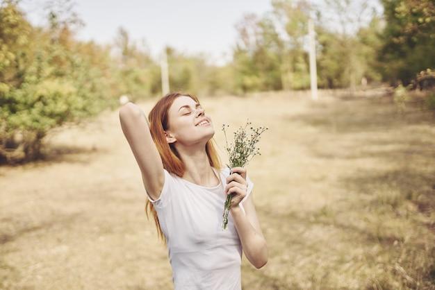 Bella donna viaggio vacanza piante aria fresca
