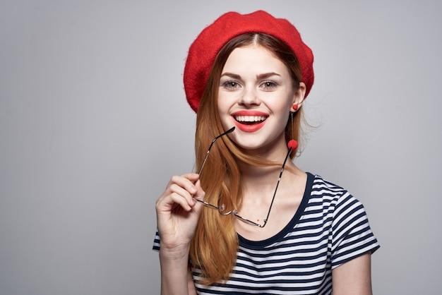 Bella donna che indossa occhiali in posa moda look attraente orecchini rossi gioielli lifestyle