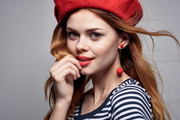 Bella donna che indossa un cappello rosso trucco francia europa moda posa estate