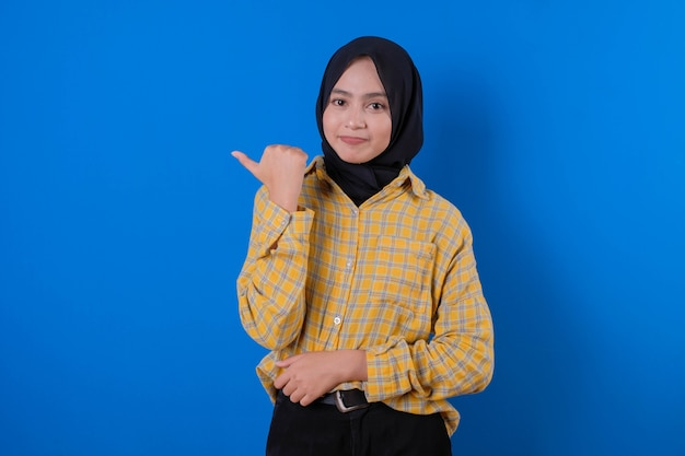 Bella donna che indossa gonna gialla e sorriso gesticolando con le mani