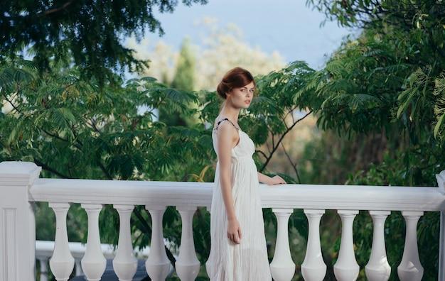 Bella donna in abito bianco mitologia in stile greco natura. foto di alta qualità