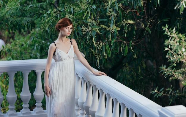Bella donna in abito bianco mitologia in stile greco natura