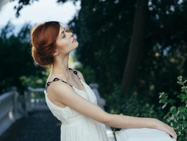 Bella donna in abito bianco foglie verdi modello glamour glamor