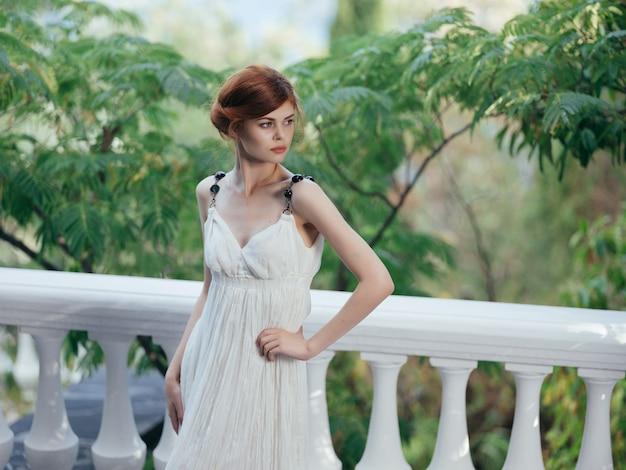 Bella donna vestito bianco mitologia grecia fascino park