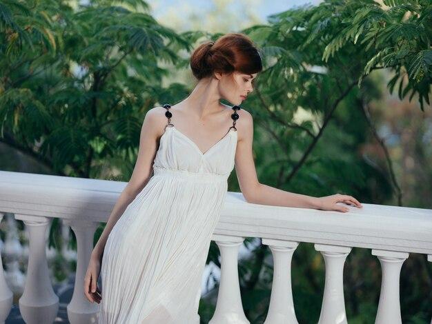 Bella donna in abito bianco e vacanza di lusso in grecia park