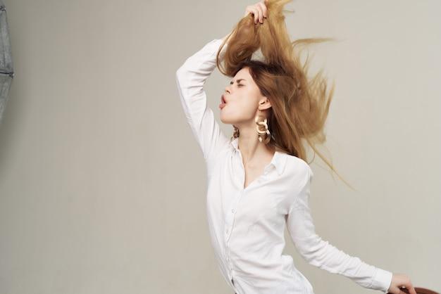 Bella donna in camicia bianca elegante acconciatura moda stile moderno