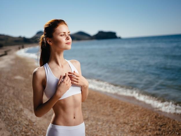 Bella donna in costume da bagno bianco isola orizzonte vacanze estive oceano