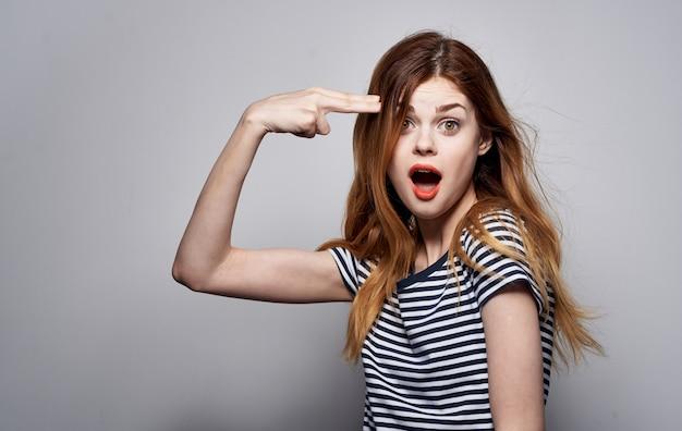 Bella donna in t-shirt bianca emozioni gesti con sguardo attraente di mani studio. foto di alta qualità Foto Premium