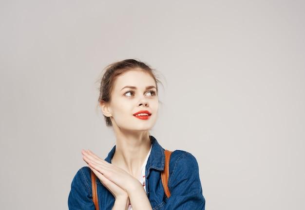 Bella donna con studenti di moda zaino in spalla