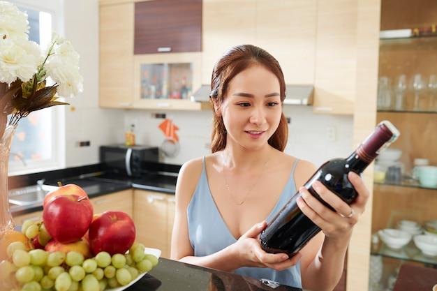 Bella donna con una bottiglia di vino