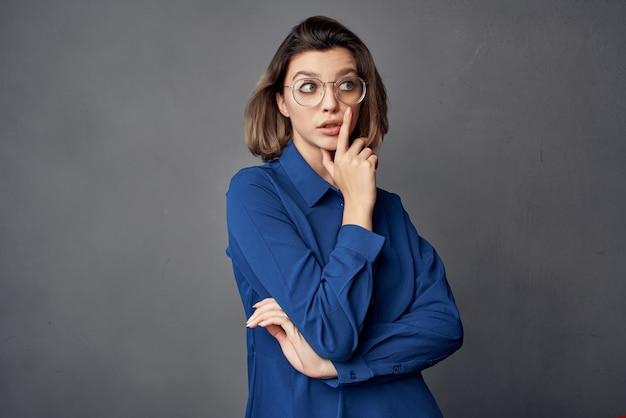 Bella donna con gli occhiali moda camicia blu