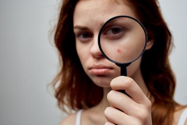 Bella donna con un brufolo sullo studio di cosmetologia del viso