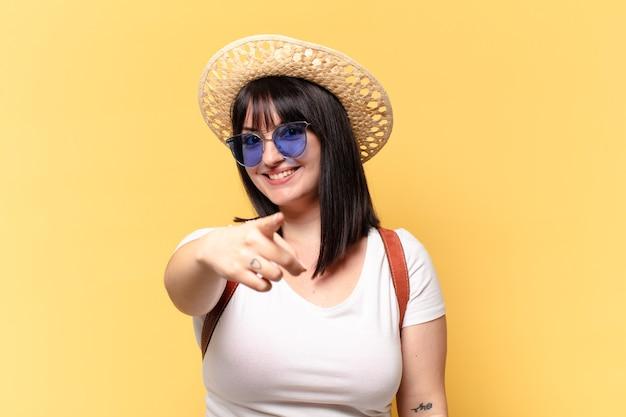 Bella donna con occhiali da sole e un cappello in vacanza
