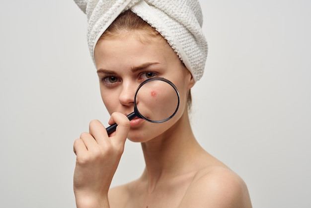 Bella donna con un asciugamano in testa trattamento di igiene