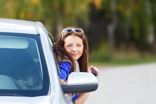 Ragazza graziosa in una macchina
