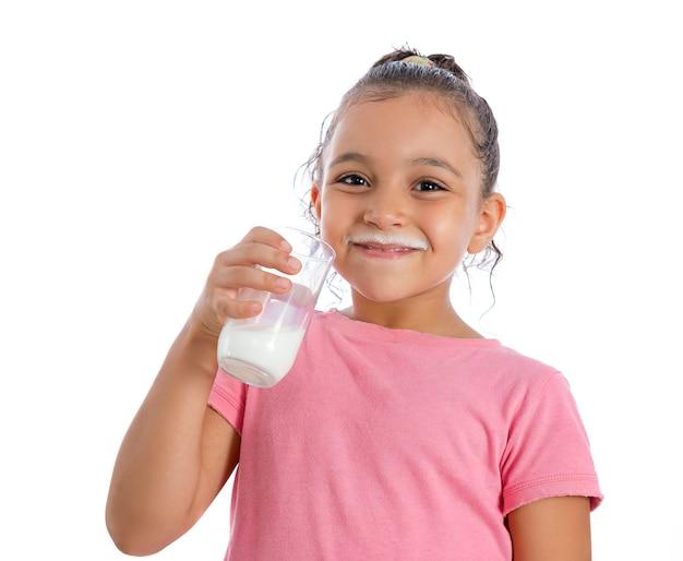 Ragazza graziosa che beve latte
