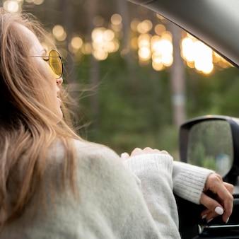 Piuttosto giovane donna alla guida
