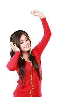 La giovane donna graziosa gode di ascoltare musica