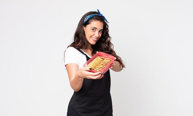 Donna abbastanza giovane che tiene un tupperware