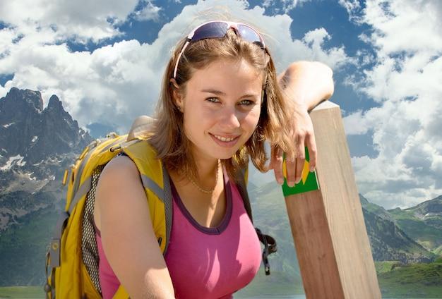 La donna abbastanza giovane sta facendo un'escursione nelle alpi francesi