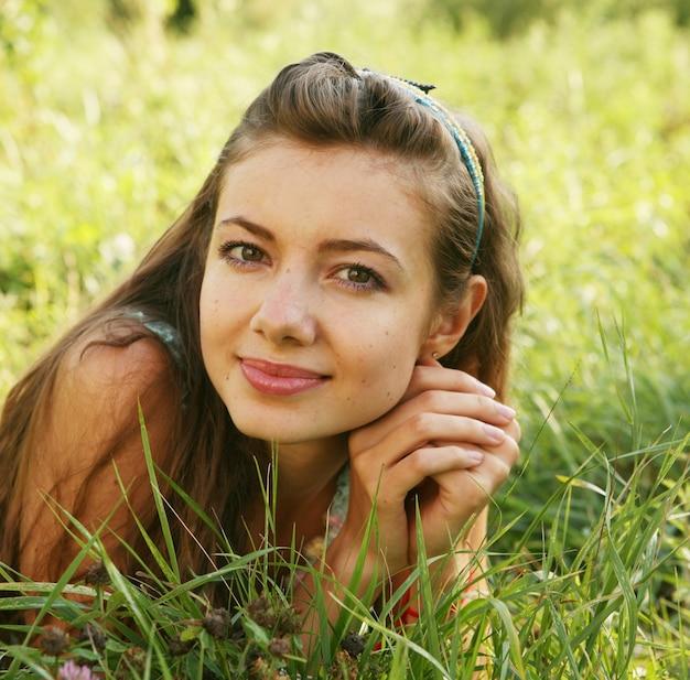 Donna abbastanza giovane all'aperto nell'erba in estate