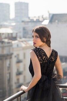 Piuttosto giovane donna sul tetto