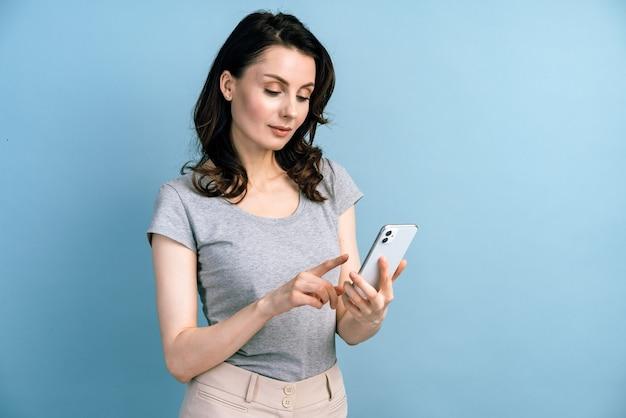 Bella, giovane donna che utilizza smartphone