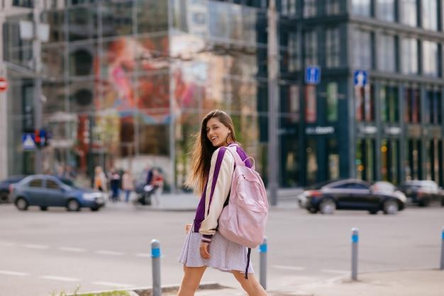 Bella giovane donna che cammina per strada