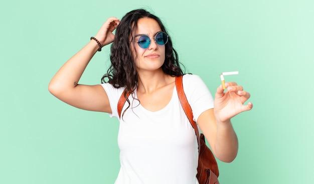 Piuttosto giovane donna con un sigaro rotto. concetto di non fumare