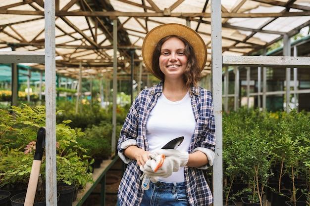 Piuttosto giovane donna che lavora in una serra
