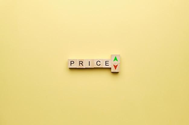 Concetto di prezzo con frecce su e giù su sfondo giallo.