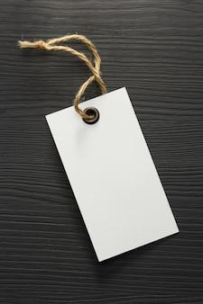 Etichetta del cartellino del prezzo su fondo in legno