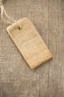 Cartellino del prezzo su sfondo texture di legno