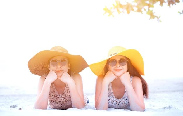 Orgoglio e lgbtq+ sulla spiaggia estiva. coppia bisessuale e omosessuale.