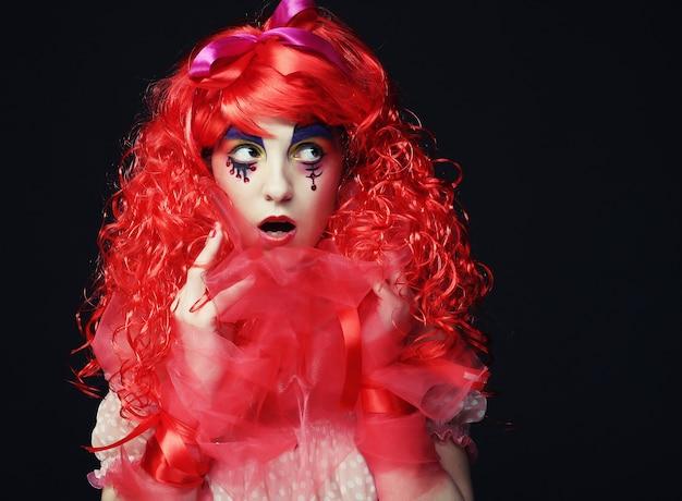 Principessa con i capelli rosso vivo e il volto creativo. tema delle vacanze.