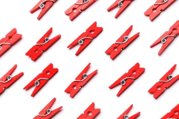 Stampa di mollette rosse su sfondo bianco.
