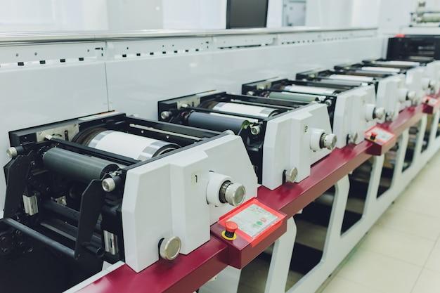 Stampa macchina di screening in metallo. stampante industriale. laboratorio di serigrafia.