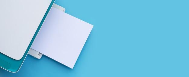 Stampante e carta su sfondo blu.